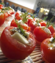 bocadillos de tomate rellenos de queso feta y pesto