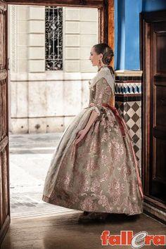 Los trajes de Raquel Alario: elegancia en verde té | Actualidad Fallera - portal dinámico sobre las Fallas de Valencia.