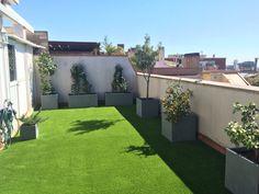 Césped artificial y macetas de fibra. Terraza. Barcelona
