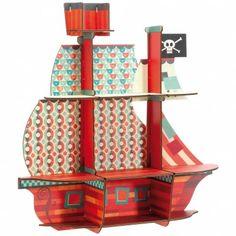 Voici l'étagère en bois de la collection Elliot, revisitée par Djeco, pour exposer les petits trésors des enfants ! Avec sa forme de bateau de pirates, elle sera un atout décoration pour la chambre d'un petit garçon !