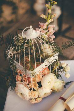 flowers in a birdcage http://weddingwonderland.it/2015/05/matrimonio-rocknroll-pastello.html