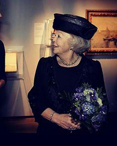 prinses Beatrix met een boeketje van JEMI in het Scheepvaartmuseum