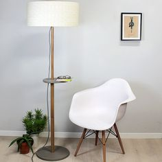 lampe Reine-Mère avec abat jour et chaise eames