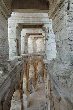 Couloir dans les Arènes d'Arles (amphithéâtre romain construit 80 ap. J.-C. / 90 ap. J.-C.) Provence-Alpes-Côte d'Azur