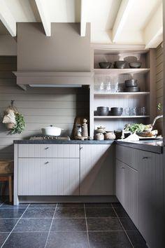 back splashes kitchen Country Kitchen, New Kitchen, Kitchen Decor, Kitchen Backsplash, Kitchen Cabinets, Striped Furniture, Ranch House Remodel, Loft Interior Design, Cheap Rustic Decor