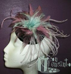 Tocado con plumas verde turquesa, dos tipos de rosa y base forrada en negro www.facebook.com/ConEncantoBilbao  Teal & Puce Headpiece