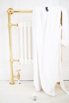 White + brass bathroom radiator  |  pinterest: @Blancazh