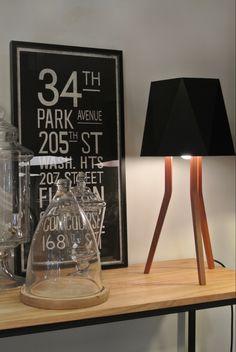 Base trípode de madera y pantalla de vinilo mate negro Table Lamp, Base, Lighting, Home Decor, Cedar Trees, Minimalist Style, Standing Lamps, Mesas, Wood