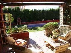 """GRANADA, CENES DE LA VEGA. Casa rural """"Villa Alejandra"""". Capacidad para 10 pax, con de 4 dormitorios, 3 baños, uno con #jacuzzi, cocina, 2 salones y 2 comedores. En la parte exterior cuenta con un jardín de césped, piscina, porche cubierto y terraza de 80 m2 con un #jacuzziExterior con unas inmejorables vistas. Situada en una zona residencial a 3 min del centro del pueblo y dentro del Parque Natural de #SierraNevada, a 28 Km. de la #estaciónDeEsquí. #CasaRuralConJacuzzi #Granada…"""