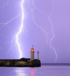 La foudre est un phénomène naturel de décharge électrostatique disruptive qui se produit lorsque de l'électricité statique s'accumule entre des nuages d'orage entre un tel nuage et la terre ou vice versa.