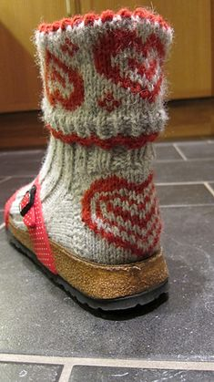 Free knitting pattern for heart socks, let's be real, for once socks deserve to be worn in sandals! Knitted Slippers, Knit Mittens, Crochet Slippers, Knit Or Crochet, Knitting Socks, Knitted Hats, Knit Socks, Knitting Patterns Free, Free Knitting