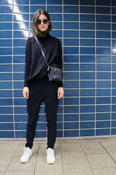 25 All Black Outfits For Women, Black on black outfit inspiration. We've curated all black street style looks from around the world to help you look your best. Moda Hipster, Style Hipster, Hipster Fashion, Minimal Fashion, Hipster Women, Classy Fashion, Trendy Fashion, Vintage Fashion, Mode Outfits