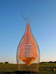 Titulo: warkawater  Autor: Arturo Vittori. Director Architecture and Vision.  Warka Water es una estructura vertical con un tejido perforado que cuelga en el interior para recoger agua potable del aire por condensación.  http://elblogverde.com/una-revolucionaria-tecnologia-permite-extraer-agua-potable-del-aire-de-forma-economica/   http://www.arquidecture.com/cgi-bin/v2arts.cgi?folio=258:
