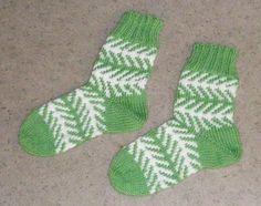 Muorin kalanruoto-sukat - Langanluonti - Vuodatus.net Knitting Socks, Knit Socks, Mittens, Knit Crochet, Sewing, Fingerless Mitts, Dressmaking, Couture, Stitching