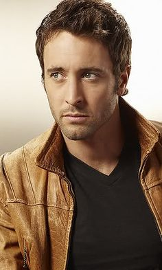 Alex O'Loughlin is seriously freakin' yummy!  Even with his shirt on!!!!