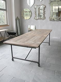 Underbart stort bord 250 cm lång och som med två iläggsskivor blir 350 cm långt. Bordet har rörformade ben med hjul och skiva gjord av gammalt almvirke