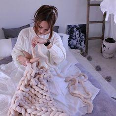この冬、注目を集めている話題のチャンキーニットブランケット(chunky knit blanket)極太の毛糸でざっくりと編まれたルックスと、メリノウール100%の柔らかくてふわふわの手触りが、インテリア上級者さんの間で人気沸騰中です。チャンキーニットブランケットとはどういったものか、毛糸の特徴や作り方、カラーバリエーションをご紹介します。