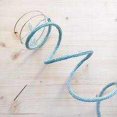 DIY - Le tuto prénom tricotin et toutes les astuces pour faire un joli mot en tricotin - Rock and Paper Crochet Motif, Crochet Designs, Diy Arts And Crafts, Crafts To Make, Diy Francais, Felt Flower Bouquet, Wire Jig, Spool Knitting, Floral Hoops