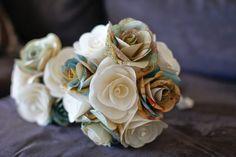 bouquet fatto con cartine geografiche ritagliate