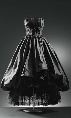 Cristóbal Balenciaga 1952, this was a strapless dress. It is so impressive me because It was mystery and sexy.All girls want to own one. (24.10.13)