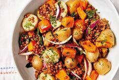 Saláty nejsou jen výsadou letních měsíců. Tento je toho důkazem. Plně vás zasytí a dodá potřebné vitamíny i v chladnějším období. #salat #teplesalaty #dyne #brambory #cocka #bramborovysalat #vecere Kung Pao Chicken, Chicken Wings, Potato Salad, Potatoes, Meat, Ethnic Recipes, Food, Potato, Essen