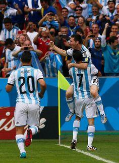Ésos estan unos jugadores de Argentina después ellos ganaron. Esto es trabajo en equipo.
