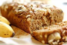 Que tal começar a semana com uma receita nova, perfeita para os café da manhãs e lanches da tarde?! Então venham aprender a preparar um bolo de banana e linhaça maravilhoso e pouco calórico.
