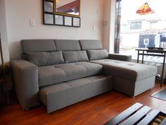 Sofacama en L y baúl integrados en un mismo mueble.