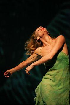 Tanztheater Wuppertal Pina Bausch, 'Água', Julie Shanahan, Photo: Oliver Look Pina Bausch, Body Painting, Poesia Visual, Alvin Ailey, Modern Dance, Contemporary Dance Poses, Contemporary Dance Photography, Boris Vallejo, Royal Ballet