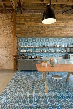 jolie cuisine avec carrelage adhesif mural bleu foncé