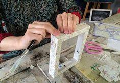 Tunnetko tämän helpon kuvansiirtotekniikan? Anun ohjeilla siirrät kuvan lasertulosteen avulla haluamallesi pinnalle. Tee kauniit taulut suosikkikuvistasi ja ripusta muistot seinälle. Tai miksi et ilahdutaisi ystävää kivalla kuvalahjalla? Hobbies And Crafts, Diy And Crafts, Arts And Crafts, Photo Transfer, Recycled Crafts, Altered Books, Diy Projects To Try, Decoupage, Upcycle