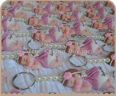 Bebê Menina Dormindo com Vestido Tecido Vermelho com Bolinhas Brancas <br> <br>Linda lembrancinha para nascimento ou chá de fraldas. <br> <br>O bebê é feito em biscuit, o vestido pode ser feito em biscuit ou em tecido. <br> <br>São várias opções de estampas para o vestido em tecido. <br> <br>Pode ser modificado as cores de cabelo, cor de pele, cor do vestido, etc. <br> <br>Cada lembrancinha é embalada individualmente. <br> <br>São vários modelos de cartões para você escolher.