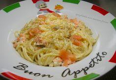 spaghettis aux saumon fumés pour la sauce:  2 échalotes  1 petit oignon  20gr d'huile d'olive  150gr de crème fraiche épaisse  pour moi le petit pot de 20cl  20gr de vin blanc sec  200gr de saumon fumés.  pour les pâtes:  1200gr d'eau  280gr de spaghettis  pour moi 350gr  2c à soupe de parmesan  1cc de sel  du poivre  1cc d'aneth fraiche,pour moi  sec.