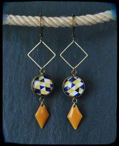 Boucles d'oreilles pendantes cabochon graphique jaune, bleu et noir en laiton : Boucles d'oreille par c-moi-k-fee