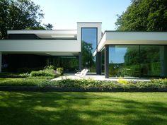 Op een parkachtige locatie van een voormalig landgoed aan de Haerstraat is een moderne villa ontworpen.