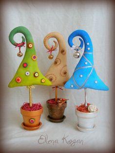 preciosos árboles de navidad llenos de magia creados por Elena Kogan Más