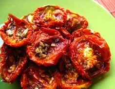 How to make oven dried tomatoes (sun-dried tomatoes) I tried these the other day and was blown away because I normally don't like cooked tomatoes! Healthy Snacks, Healthy Eating, Healthy Recipes, Oven Dried Tomatoes, Garden Tomatoes, Roma Tomatoes, Roasted Tomatoes, Fruits And Veggies, Vegetables