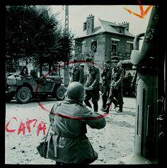 Robert Capa, ou présenté comme tel sur cette photo. On le voit immortaliser ici la reddition d'officiers allemands, quelque part en Normandie, en août 44.  Said to be a photo of Robert Capa photographing German officers surrendering in Normandy, August 1944.