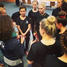 Så har alle pigerne prøvet gulvet. Nu er der 1 1/2 time til konkurrencen starter. Uh pigerne er spændte :-) #soroefterskole
