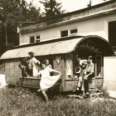 Le photographe Andrzej Polakowski a réalisé en 1966 et 1967 ce reportage sur les communautés tsiganes de la région de Lublin, en Pologne, près de la frontière russe, peu après l'assignation à résidence décrétée par les autorités communistes.