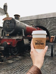 Uploaded by -Emma. Find images and videos about coffee, harry potter and hogwarts on We Heart It - the app to get lost in what you love. Parque Do Harry Potter, Mundo Harry Potter, Harry Potter Hermione, Harry Potter Love, Harry Potter Universal, Harry Potter World, Hogwarts, Slytherin, Comida Disney