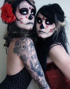 Calavera Makeup Sugar Skull Ideas for Women are hot Halloween makeup look.Sugar Skulls, Día de los Muertos celebrates the skull images and Calavera created exactly in this style for Halloween. Disfarces Halloween, Holidays Halloween, Halloween Face Makeup, Halloween Costumes, Vintage Halloween, Halloween Clothes, Halloween Recipe, Halloween Decorations, Skeleton Costumes