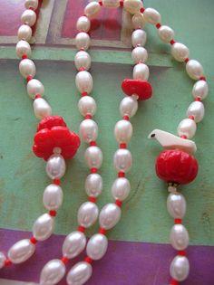 赤い実の上にちょこんと座った鳥さんがポイントのネックレスです。|ハンドメイド、手作り、手仕事品の通販・販売・購入ならCreema。