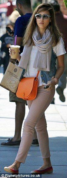 Jessica Alba injected a pop of pizazz into her street style with a bright orange Ralph Lauren crossbody bag, multicolor Ferragamo flats, and blue Elizabeth and Jessica Alba Style, Ballerinas, Spring Summer Fashion, Autumn Fashion, Orange Handbag, Orange Bag, Orange Flats, Casual Outfits, Cute Outfits