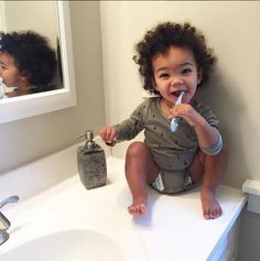 Dutch children brush their teeth after eating while foreign people of different cultures will brush their teeth before eating. Baby Kind, Pretty Baby, Cute Mixed Babies, Cute Babies, Beautiful Children, Beautiful Babies, Baby Family, Mode Style, Little Babies