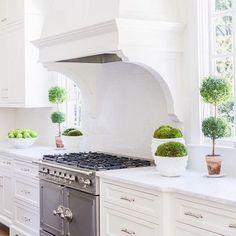 Pretty kitchen details from @sarahbartholomewdesigns.  Also this weeks favorite finds are up on the blog.  @alyssarosenheck