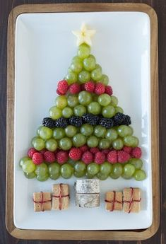 Fruit Platters for Kids: 10 Christmas Party Platters! Christmas Party Food, Christmas Brunch, Xmas Food, Christmas Breakfast, Christmas Appetizers, Christmas Cooking, Christmas Goodies, Christmas Desserts, Holiday Treats