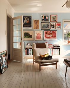 Home Entrance Decor Idea living room inspo.Home Entrance Decor Idea living room inspo Home Design, Design Ideas, Living Room Decor Eclectic, Living Room Vintage, Light Blue Walls, Home Interior, Color Interior, Interior Door, Scandinavian Interior