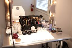All I want for Christmas is a Hollywood Styling Mirror Kiss Makeup, Love Makeup, Beauty Room, Hair Beauty, Pin Up, Best Night Ever, Vanity Organization, Glam Room, Vanity Tray