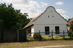 Felpéc-A Kisalföld népi építészete Győr-Moson Sopron Megye Old Country Houses, How Beautiful, Hungary, Countryside, Shed, Outdoor Structures, Cabin, Traditional, House Styles